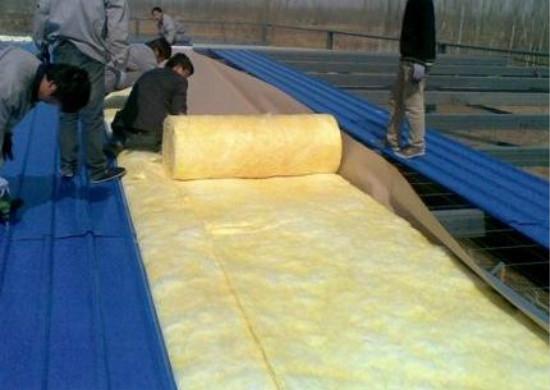 技术人员保温材料施工中