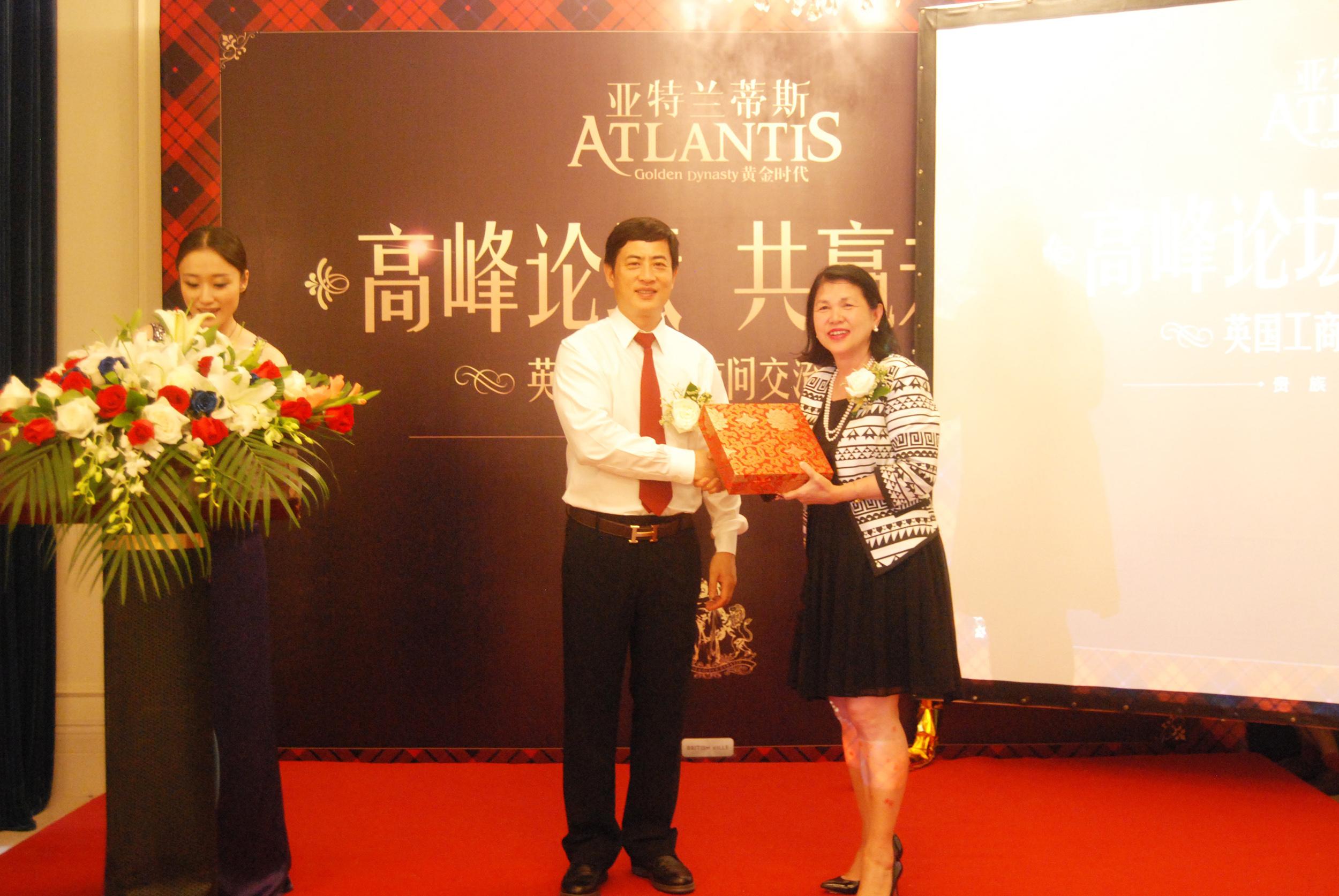 陈斌总裁与英国女王发言人、英国工商联MeiSim Lai爵士(女)互赠礼物