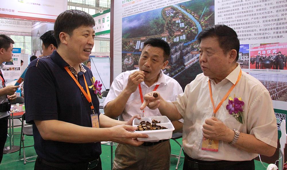 2014年9月15日 武汉 中国食用菌会议 李玉院士品尝公司产品