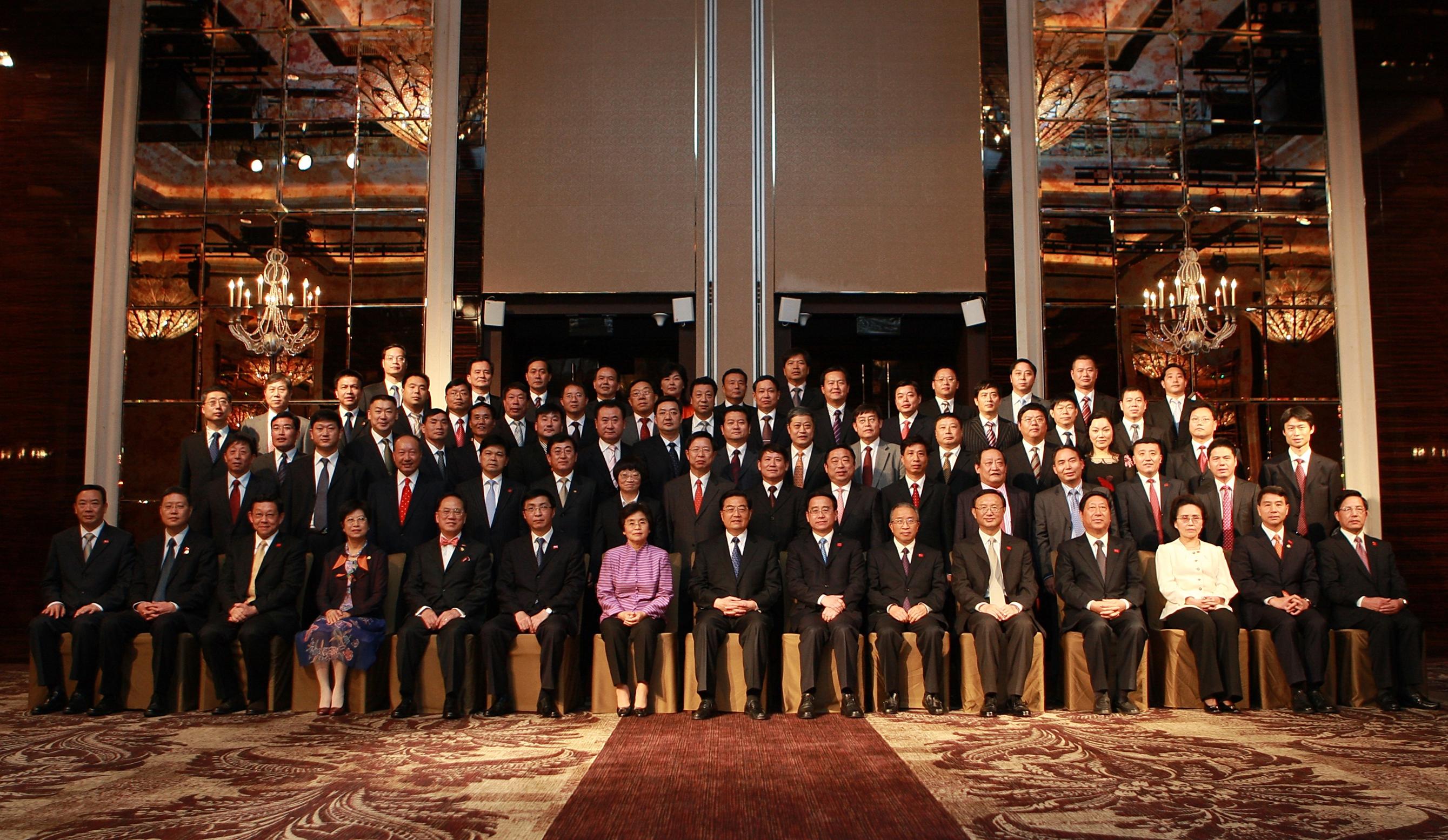 2009年APEC峰会陈斌总裁(第四排右三)与胡锦涛总书记合照