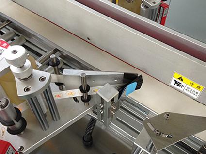 我们为什么要使用侧面贴标机和其他的一系列贴标机设备来给产品贴标?