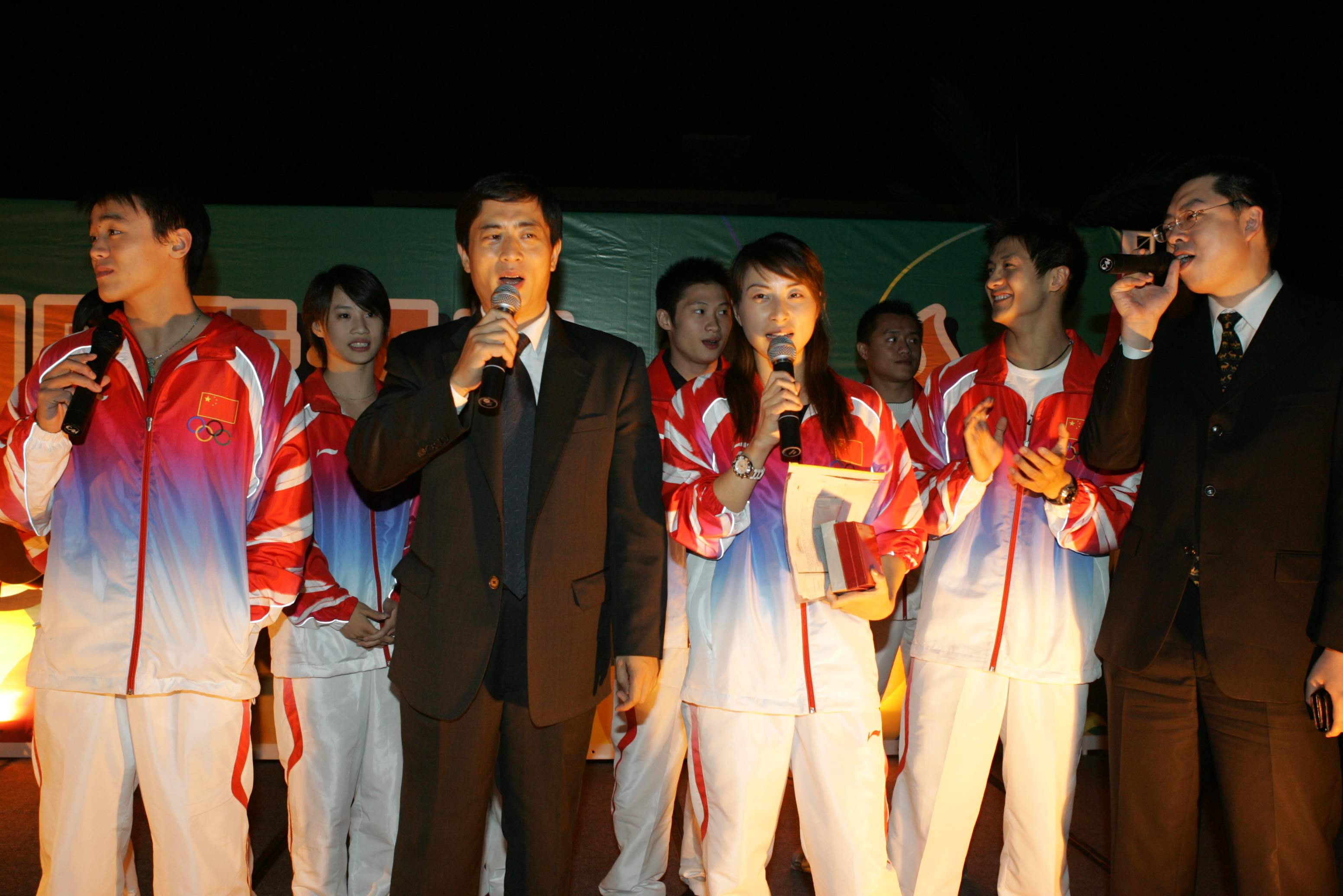 Singing at the Homeland Hotel with Tian Liang, Guo Jingjing and other Olympic champions