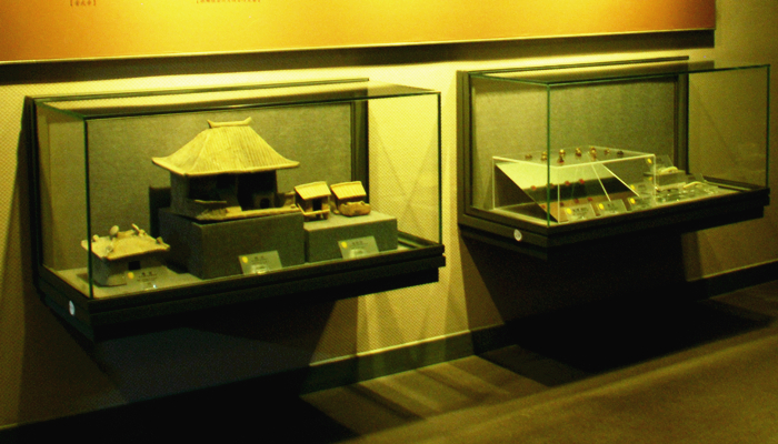 WALL-HUNG DISPLAY CASES