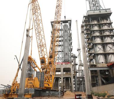 華航能源公司兩臺百余噸重焦炭塔一次吊裝成功