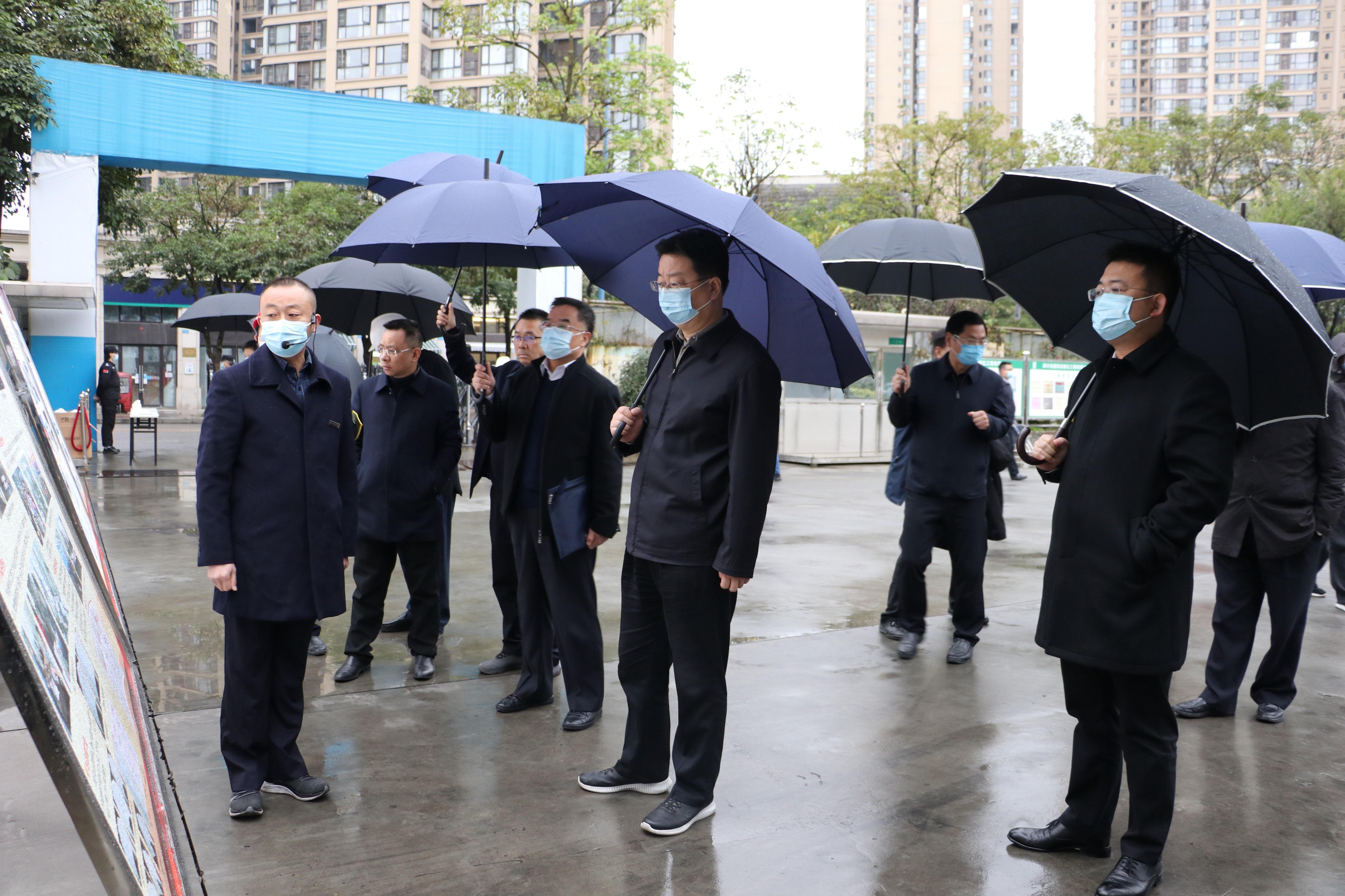 國家人社部副部長游鈞調研遂寧市中心醫院項目部農民工實名制管理