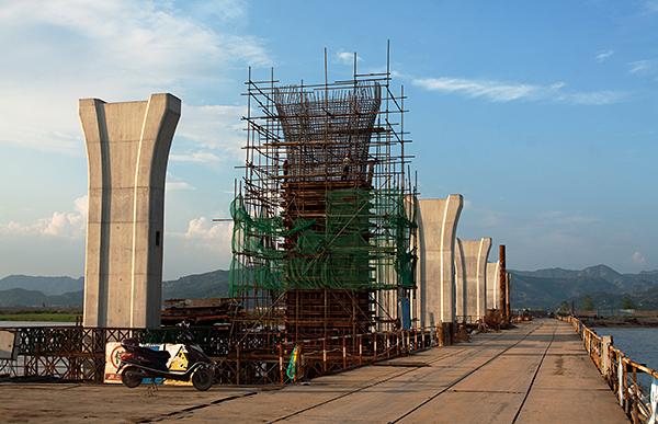 施工中的浦壩港跨海大橋