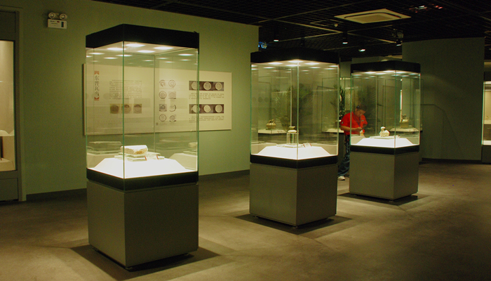 FREESTANDING DISPLAY CASES WITH 4 GLASS SIDES