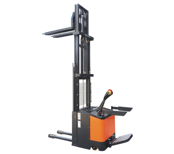 Fully electric stacker (triple mast)