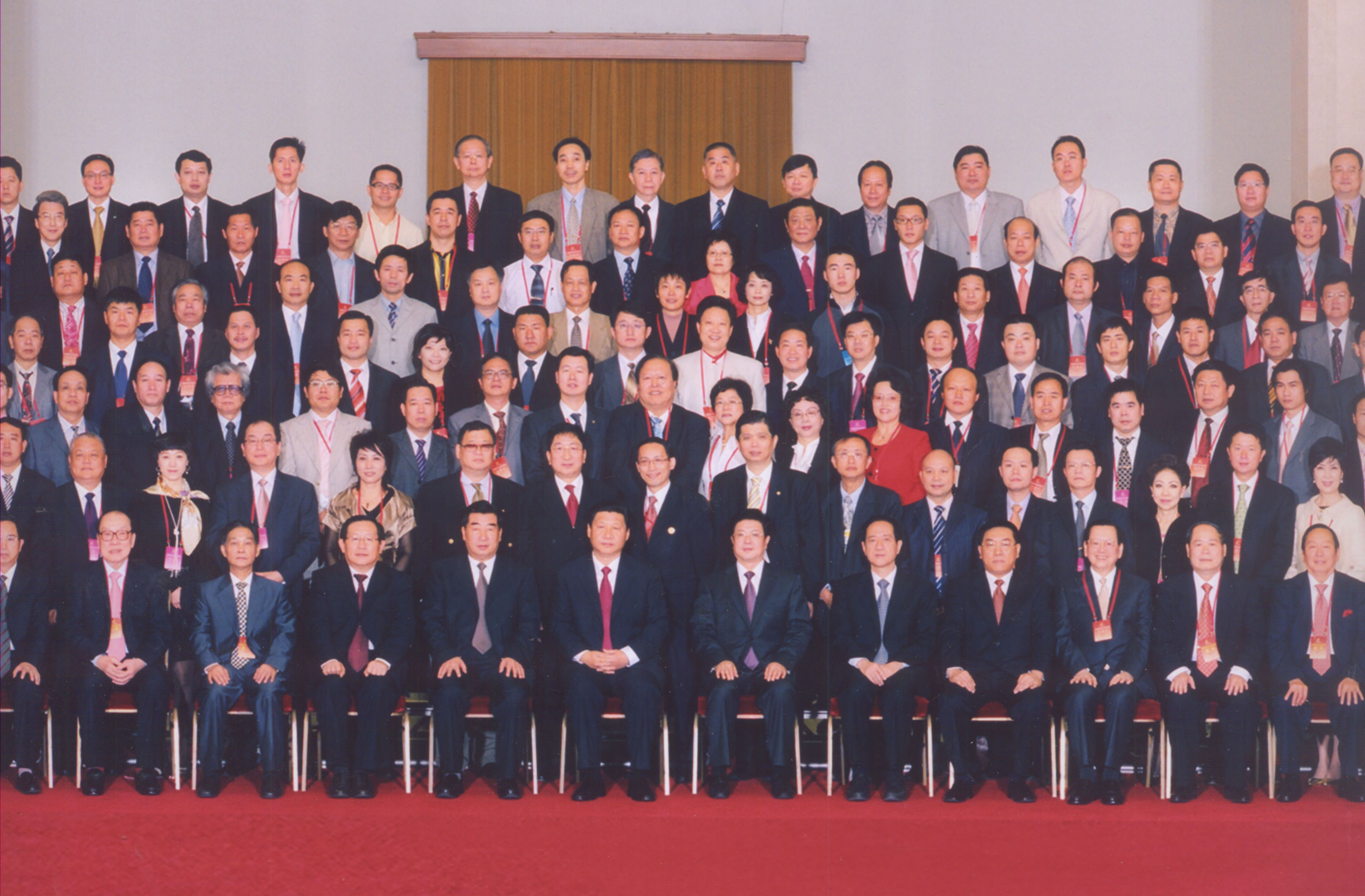 President Bin Chen with the President-elect and Vice President of the Chinese Chamber of Commerce in a group photo with President Xi Jinping