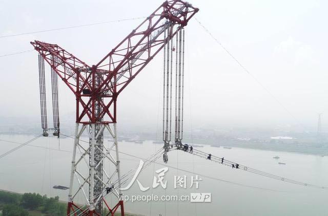 国家电网-安徽境内世界第一特高压跨越长江科凯达机器人参与实时监控和数据采集