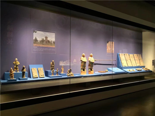 WALL-AGAINST MUSEUM DISPLAY CASES