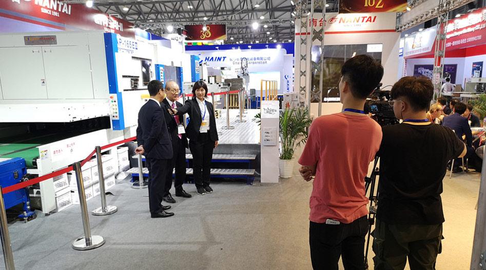 旭機械社長在上海展南臺展位接受采訪