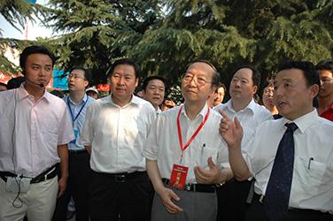 2007年7月10日,李毅中部长在磴槽集团视察工作