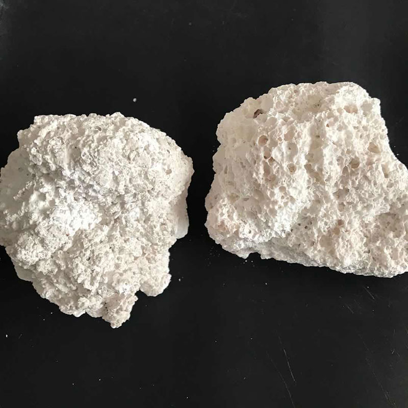 Anhydrous lumpy calcium chloride