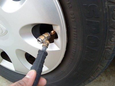 行駛時應保持符合要求的正確氣壓