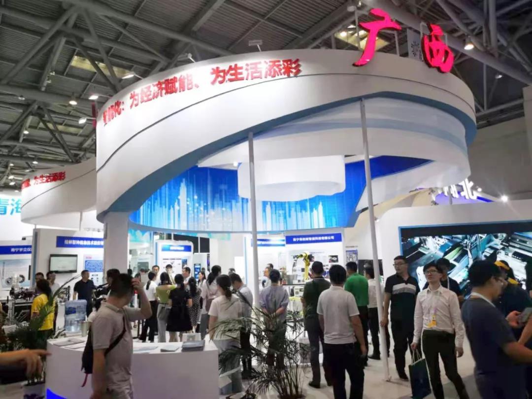廣西恩康公司多槍智能清洗機器人亮相2019中國國際智能產業博覽會