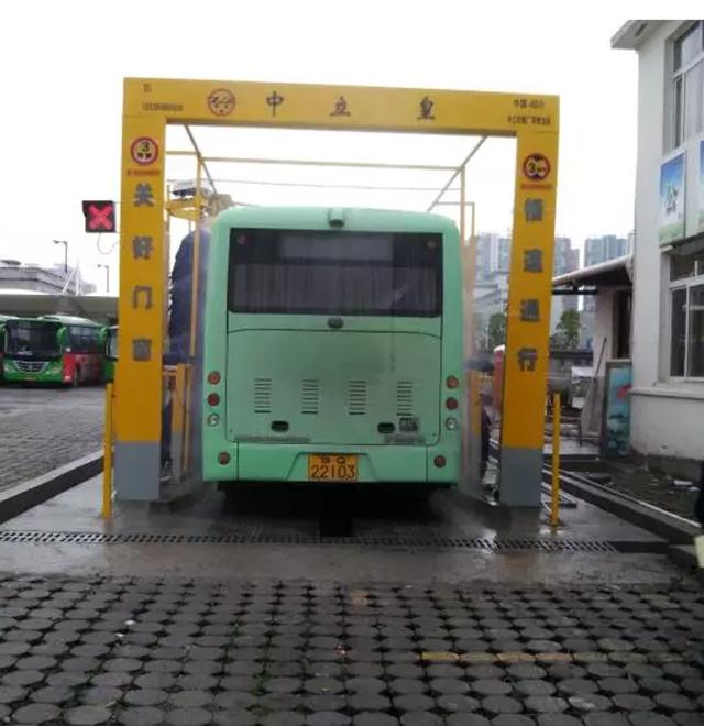 利川利民公交自動洗車機正式投入使用