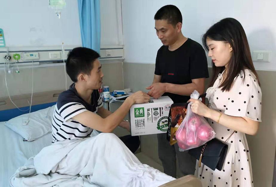 工會給生病住院的企業員工送慰問