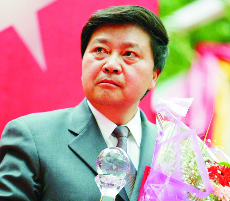 "Hope Group Chairman Mr. Yongyan Liu accepting award ""The Top Ten Persons of 2003 in Finance"" of Sichuan"