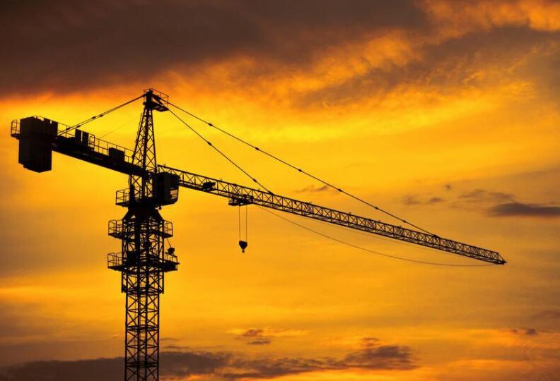 塔吊是如何爬到600米高空工作的?自己長上去的?