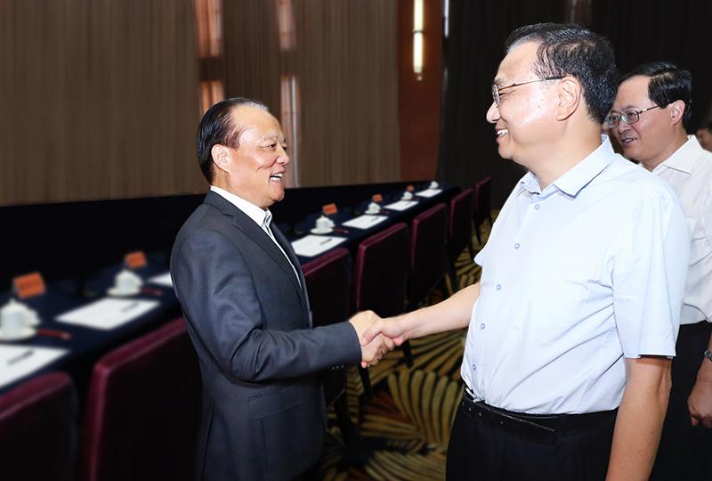 中共中央政治局常委、国务院总理李克强,于2018年9月28日与集团董事局主席张毓强亲切握手交谈。