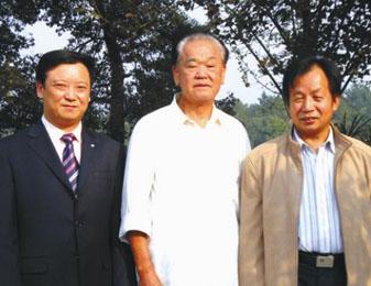 原全国政协副主席毛致用与公司董事长何思哲、副董事长余泽耀亲切交谈与题词