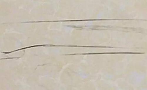 新買的瓷磚有大量劃痕,倒底誰的鍋?