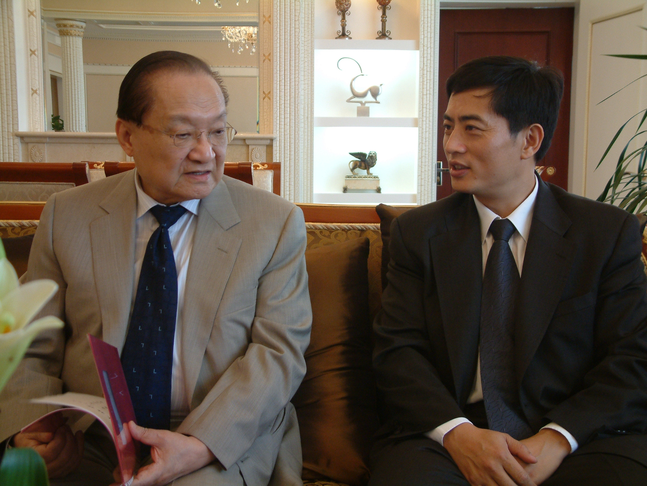 President Bin Chen and Yong Jin discuss poetry