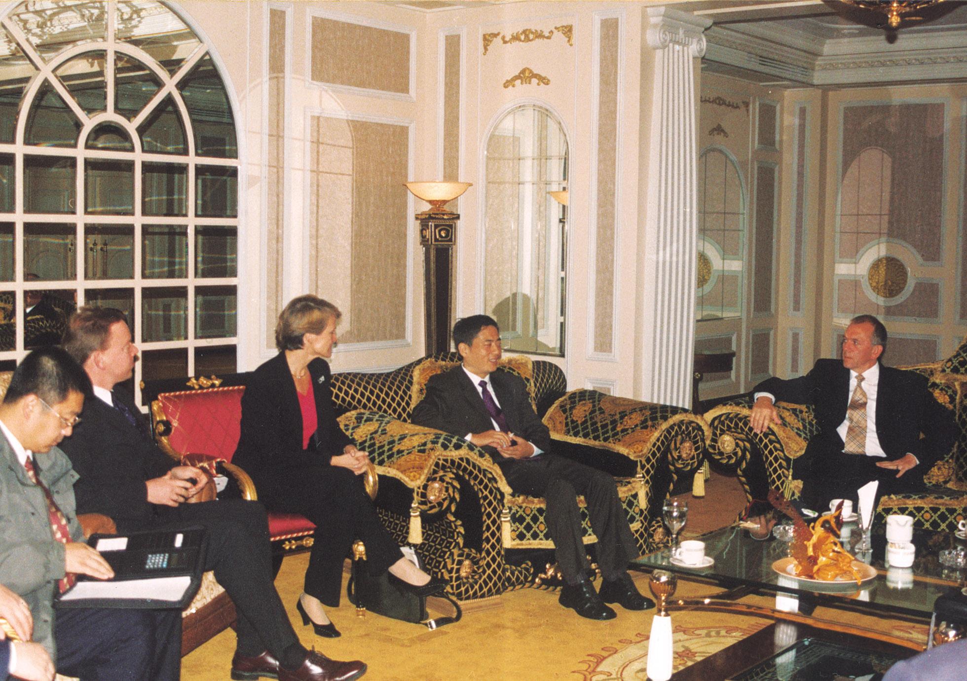 在家园国际酒店贵宾会议室会晤英国首相助理杰夫·穆尔甘一行