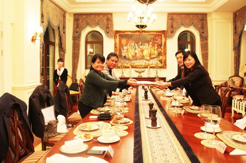 印尼酒店业巨头萨希德集团家族来访亚特兰蒂斯并与陈斌总裁互赠礼品