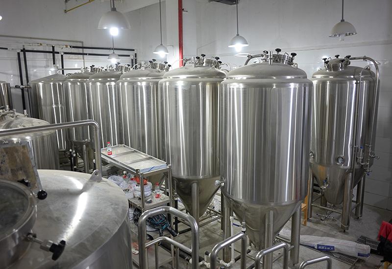 2014年9月  武漢1200L精釀啤酒交鑰匙工程完成安裝