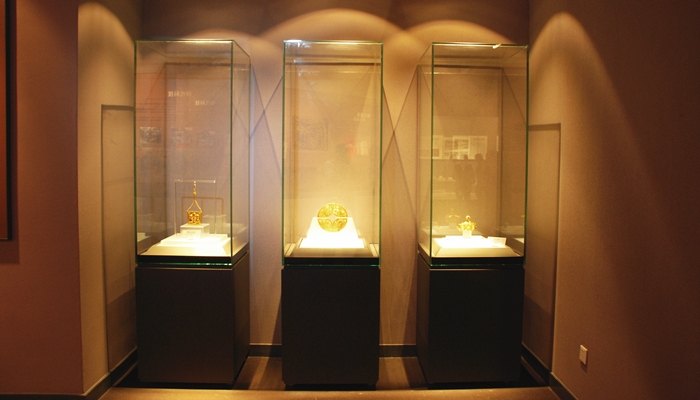 FREESTANDING DISPLAY CASES WITH 5 GLASS SIDES