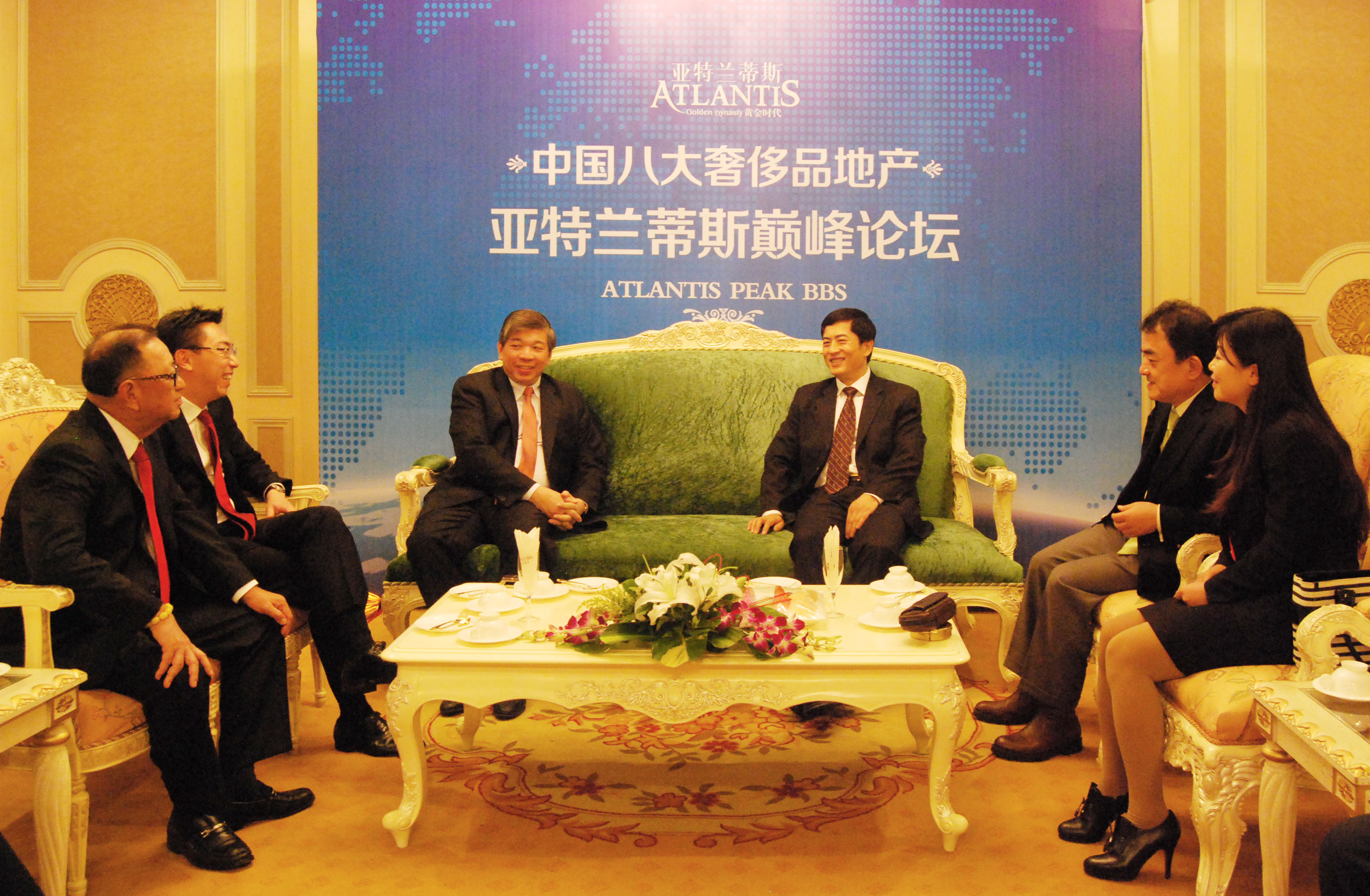 President Bin Chen sitting with President Songsheng Zhang of the Singapore Chinese Chamber of Commerce