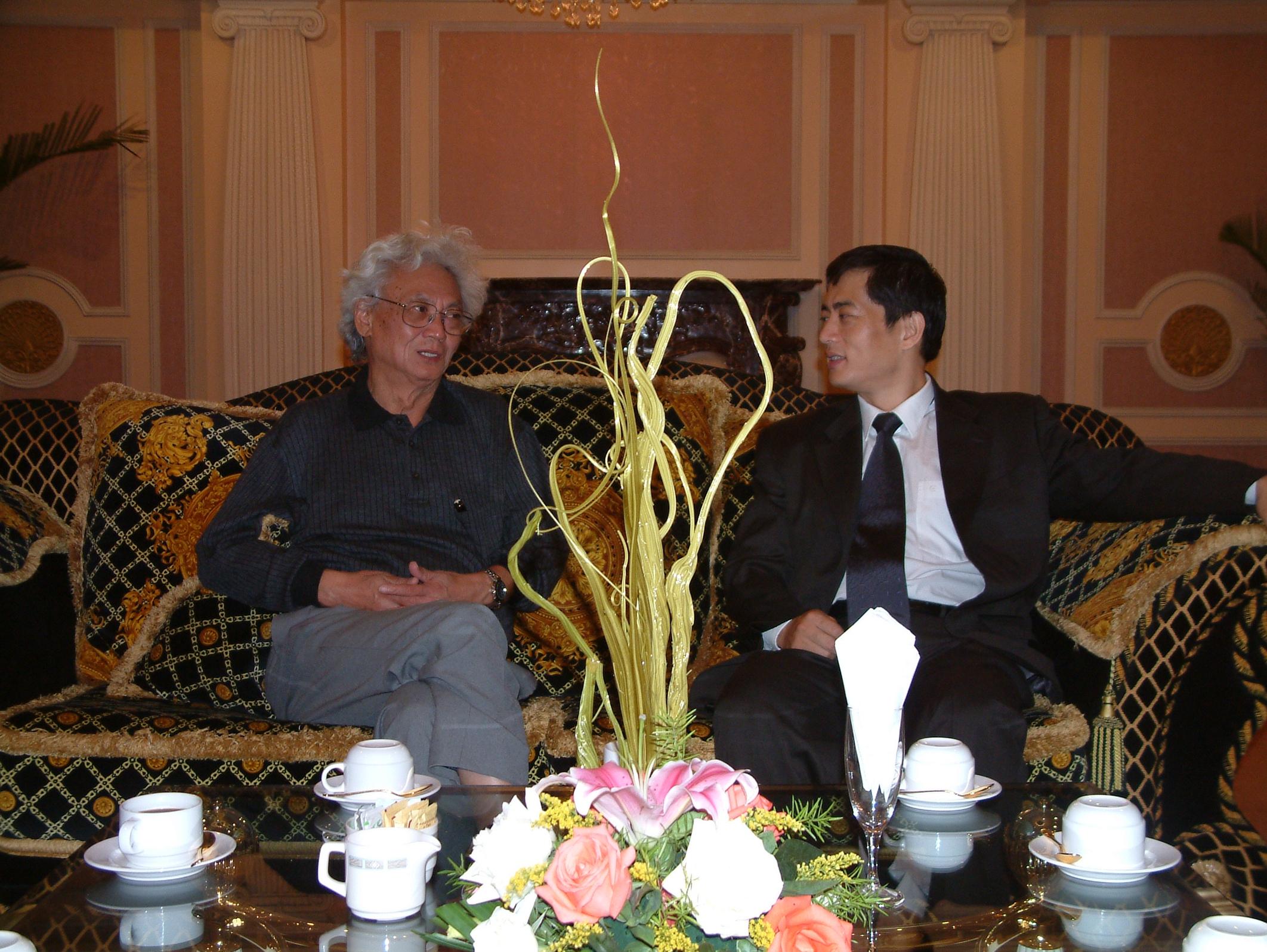 陈斌总裁与全球著名的华人经济学家张五常先生会晤