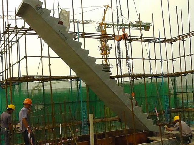 Prefabricated staircase hoisting