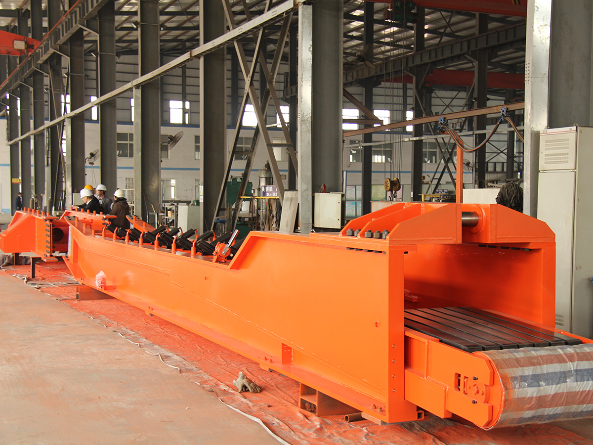 Shield tunneling machine discharging belt