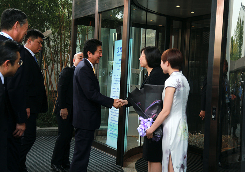 Ma Xiaoqin, General Manager of Sheraton Hotel receives Japanese Prime Minister Shinzo Abe