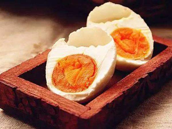 简简单单教会你腌制流油的咸鸭蛋,吃到嘴里沙沙的、香香的