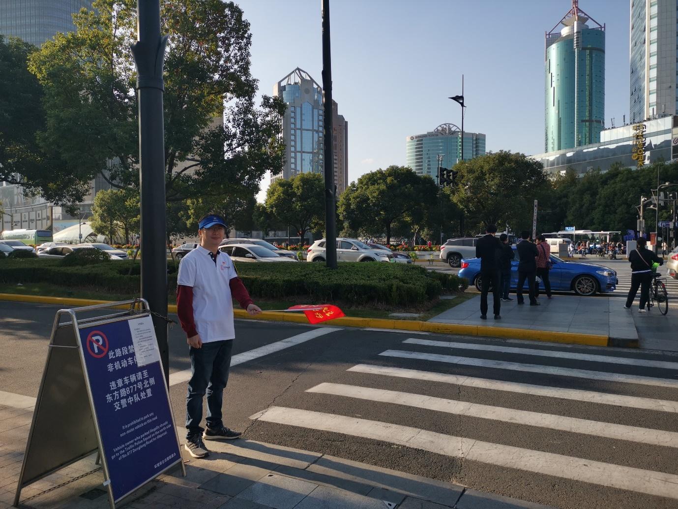 """""""喜迎进博会,党员在行动"""" 东昌集团党员志愿者开展马路引导志愿服务活动"""