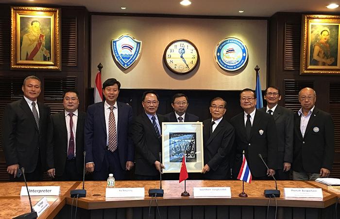 考察團與泰國商會座談交流后互贈禮物