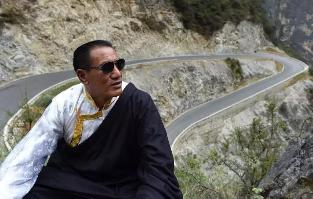 "One Cliffside Road, One Dream—The Legend of Tibetan ""Yu Gong"" Sina Dingzhu,"