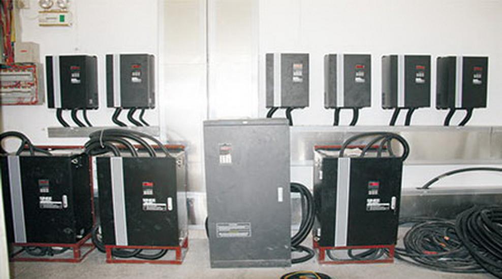 配電房內的變頻器組
