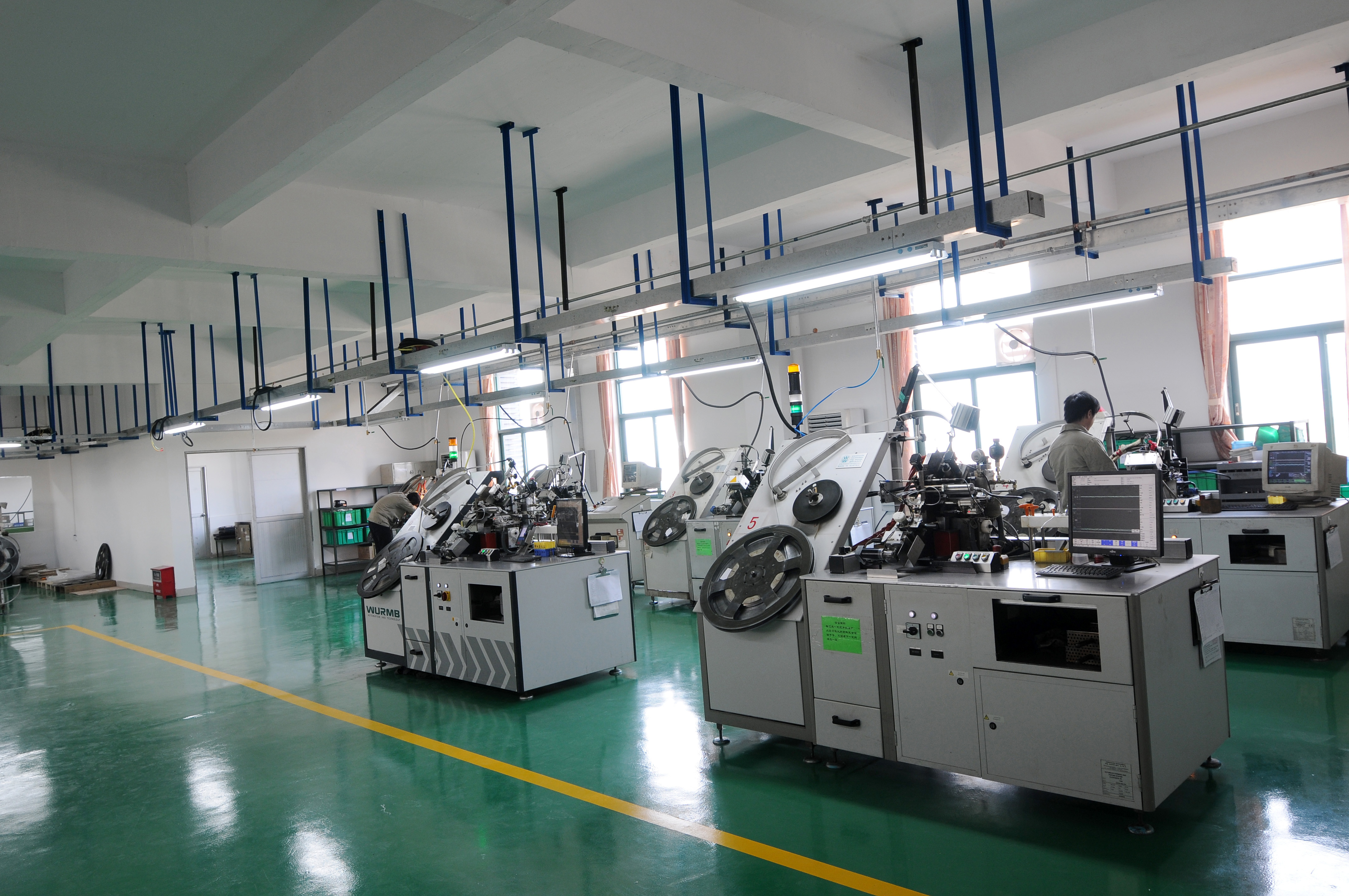 Semi-automatic riveting machine