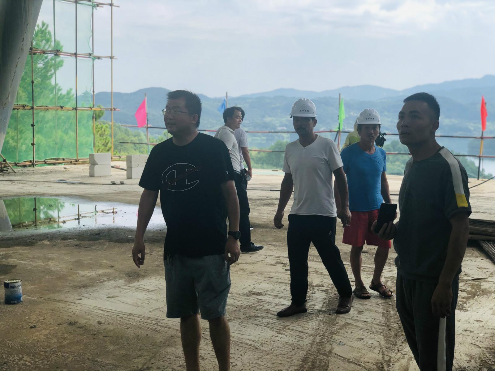 杜皮鄉領導慰問展示中心高溫作業的工人