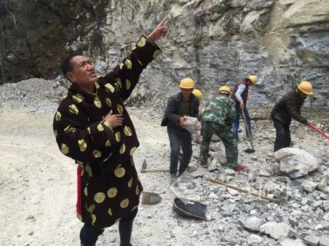 "From Multi-millionaire to ""Debtor"" Tibetan Sina Dingzhu of Yunan Province Constructed a ""Cliffside Road"" in 10 years"
