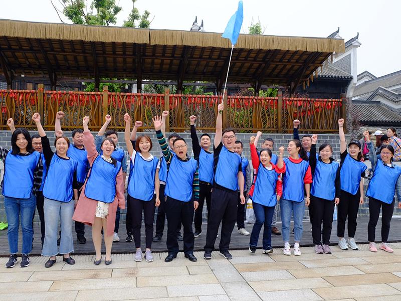 2019年4月,集團工會組織職工素質拓展活動,圖為職工分組喊口號,為本隊搖旗吶喊